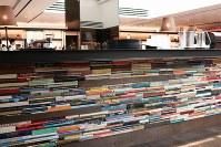 カウンターは本が積み重なっているようなデザインになっている=東京都渋谷区の「代官山 蔦屋書店」内のカフェ「Anjin」で、小松やしほ撮影