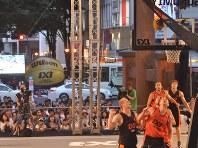 車の通りも激しい宇都宮市の中心地に特設されたコートで行われたバスケットボール3人制の世界ツアー。写真映えする光景も魅力だ=宇都宮市で2017年7月30日、岩壁峻撮影