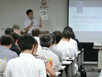 スカラシップ・アドバイザー講習会で模擬授業を受けるファイナンシャル・プランナーら=東京都千代田区の日本教育会館で7月31日