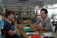 笑顔で打ち合わせする周防苑子さん(左)と牧貴士さん=滋賀県彦根市で、林由紀子撮影