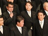 新内閣での初閣議後の記念撮影を終えた安倍晋三首相(前列右端)ら=首相官邸で3日、川田雅浩撮影