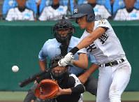 【広陵―天理】七回裏2死一塁、安原が左越え2点本塁打を放つ(捕手・中村)=阪神甲子園球場で2017年8月22日、山崎一輝撮影