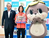 高知県須崎市の楠瀬耕作市長を訪問した鍋島莉奈選手(中央)=同市役所で、松原由佳撮影