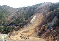 2011年の紀伊半島大水害で大きく崩れた山の斜面=奈良県十津川村で2012年3月12日午後0時31分、田中淳夫さん提供