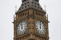 8月21日、「ビッグベン」の愛称で知られる英議会議事堂の時計台が、修復作業開始前の「鳴り納め」をし、4年間の沈黙に入った。大みそかのイベントなど特別な行事では鳴らされるが、作業員の安全確保のため通常の鐘が再開されるのは2021年となる(2017年 ロイター/Peter Nicholls)