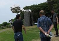 戸田さん(右から2人目)の作品を見る委員ら
