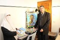 手術を受けられないまま亡くなったアフマド・シュバイルさんの勉強机。「高校に行くのを楽しみにしていた」と語る父親のシュバイルさんと母アマルさん=パレスチナ自治区ガザ地区で2月