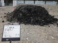 森友学園が国に提出した写真の元になったオリジナル写真。試掘した場所から掘り起こされたごみ混じりの土とみられる=業者提供