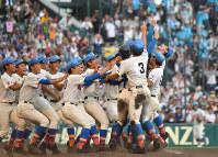 【花咲徳栄―広陵】初優勝し、グラウンドで喜び合う花咲徳栄の選手たち=阪神甲子園球場で2017年8月23日、猪飼健史撮影