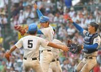 【花咲徳栄―広陵】初優勝し、グラウンドで喜び合う花咲徳栄の選手たち=阪神甲子園球場で2017年8月23日、徳野仁子撮影
