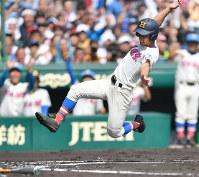 【花咲徳栄―広陵】一回表花咲徳栄無死二、三塁、西川の二塁後方への安打で三塁走者に続き、二塁から千丸が生還=阪神甲子園球場で2017年8月23日、猪飼健史撮影
