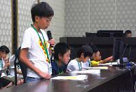 模擬裁判で検察官役をする小学生ら=大阪市北区の大阪地裁で、遠藤浩二撮影