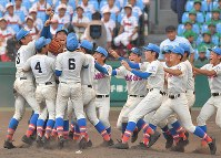Members of the Hanasaki Tokuharu High School baseball team from Saitama Prefecture celebrate after winning the National High School Baseball Championship at Hanshin Koshien Stadium in Nishinomiya, Hyogo Prefecture, on Aug. 23, 2017. (Mainichi)