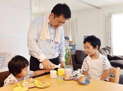 子供の朝食を作るお父さん=埼玉県で関口純撮影