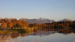 アンカレジ都心南西部のウエストチェスター・ラグーン。湖面に東方の山並みを映す(写真は筆者撮影)
