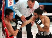 Mexican boxer Luis Nery, right, fights against Shinsuke Yamanaka during a WBC bantamweight title match at Shimadzu Arena Kyoto, on Aug. 15, 2017. (Mainichi)
