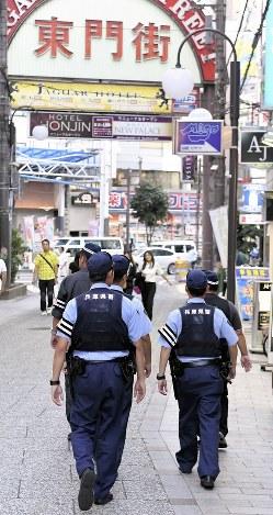 繁華街をパトロールする兵庫県警の「歓楽街特別暴力団対策隊」の隊員=神戸市中央区で2017年8月24日撮影