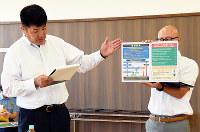 預金小切手に関するボードの使い方を金融機関担当者に説明する和歌山北署員=和歌山市松江北の同署で、木原真希撮影