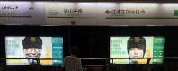 上海の地下鉄に掲示された海外での中国人運転手手配サービスの広告=林哲平撮影(画像の一部を加工しています)