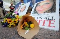 ヘザー・ヘイヤーさんの遺影に手向けられた花=東京・渋谷のハチ公前広場で2017年8月27日午後4時48分、後藤由耶撮影