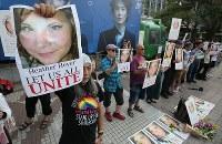ヘザー・ヘイヤーさんを追悼し、無言で反差別の意思を示す人たち=東京・渋谷のハチ公前広場で2017年8月27日午後4時26分、後藤由耶撮影