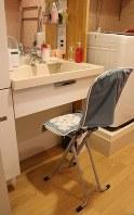 洗面台も車椅子が入れるよう作り替えた=東京都渋谷区のマンションで