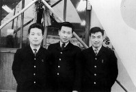 小田急バス吉祥寺営業所勤務時代の羽田孜氏(中央)。1960年撮影。