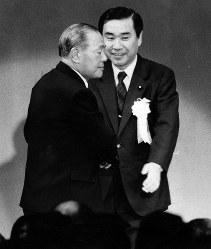創政会結成の中心メンバーの一人である羽田孜自民党総務局長(右)の後援会パーティーで、羽田氏と握手する田中角栄元首相=1985年2月26日撮影