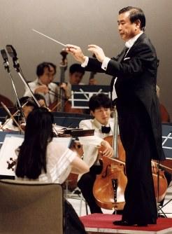 エイズ撲滅のためのチャリティーコンサート「ファッション交響楽」でオーケストラを指揮する羽田孜副総理・外相=東京・港区のニューピアホールで1993年09月18日撮影