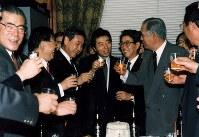 政治改革関連法案可決後、各党回りをする細川護煕首相(中央)と乾杯する羽田孜党首(左)ら新生党議員=国会内で1994年01月29日撮影