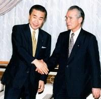 会談に臨む羽田首相(左)と村山社会党委員長=首相官邸で1994年06月23日撮影