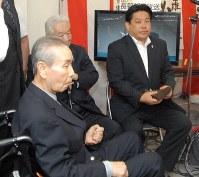 父親で元首相の羽田孜氏(左)と開票結果を待つ雄一郎氏(右)=長野県上田市の事務所で2013年7月21日午後7時44分、仲村隆撮影