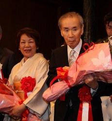 花束を贈られた羽田孜元首相(右)と綏子夫人=上田市内のホテルで2013年12月6日午後3時32分、福富智撮影