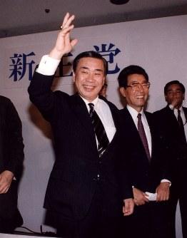 新党結成の会見後、報道陣に応える羽田孜・新生党党首=東京都内のホテルで1993年6月23日撮影