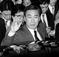 宮沢喜一首相に新党結成のあいさつを終え、首相官邸を出る羽田孜新生党党首=東京・千代田区の首相官邸で1993年6月24日撮影