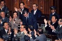 首相指名を受け一礼する羽田孜新生党党首=衆院本会議で1994年4月25日撮影