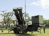 上空に向けられるPAC3の発射機=陸上自衛隊八戸駐屯地で、塚本弘毅撮影
