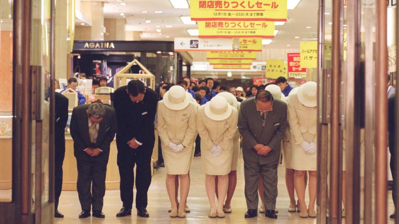 閉店セールを終え、店内から最後のあいさつをする店員ら=そごう大阪店で2000年12月、金子裕次郎撮影