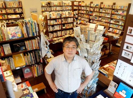 選び抜かれた本が詰まった空間は書斎のようだ。店主の大井実さん=鶴谷真撮影