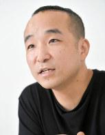 インタビューに答える文学座の舞台美術家、乘峯雅寛=東京都新宿区で、宮間俊樹撮影