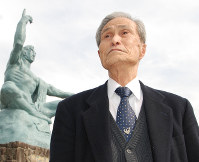 Sumiteru Taniguchi prays that the world will take steps toward nuclear weapons abolition, at the Peace Park in Nagasaki on Feb. 2, 2010. (Mainichi)