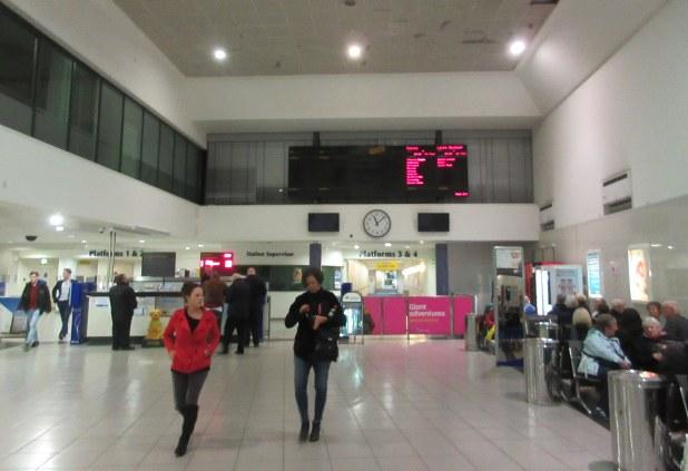 土曜日深夜、閑散としたベルファスト中央駅