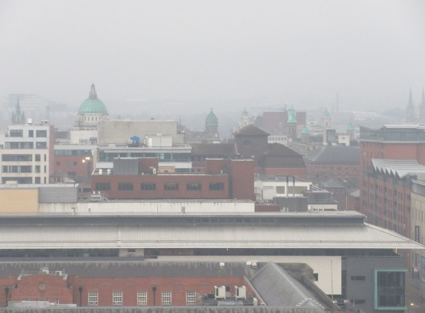 日曜日の朝、霧雨に煙るベルファストの街