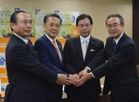 中小企業の事業承継支援でタッグを組む(右から)川村頭取、平松理事長、上地市長、石渡理事長=横須賀市役所で
