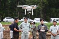 ドローンを操作して飛ばしてみる林業関係者たち=宮古市箱石の山林で
