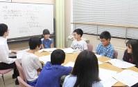 評議で被告の罪について話し合う裁判官や裁判員役の児童ら