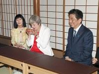お茶会に出席した英国のメイ首相(中央)と安倍首相=京都市上京区の表千家「不審菴」で2017年8月30日午後6時8分(代表撮影)