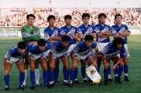 W杯米国大会・アジア予選【日本2-2イラク】試合前に写真撮影する日本代表イレブン。左上から松永、勝矢、吉田、長谷川、中山、三浦左下から堀池、森保、井原、柱谷、ラモス。試合は日本が1点リードしていたが終了30秒前にまさかの同点ゴールを決められ、九分九厘手中にしていた米国行きの切符を失った=1993年10月28日、カタール・ドーハのアル・アリ競技場で平野幸久撮影
