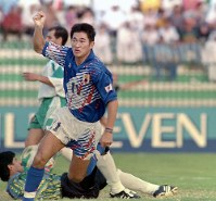 W杯米国大会・アジア予選【日本2-2イラク】前半5分、先制のヘディングシュートを決めガッツポーズの三浦知良(FW)=1993年10月28日、カタール・ドーハのアル・アリ競技場で、平野幸久撮影