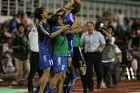 W杯ドイツ大会・アジア最終予選【日本2-0北朝鮮】後半、2点目のゴールを決めた大黒(中央)と抱き合って喜ぶ日本選手代表ら=バンコクのスパチャラサイ国立競技場で2005年6月8日、竹内幹撮影